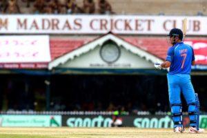 चेन्नई के चेपॉक मैदान पर बल्लेबाजी करते महेंद्न सिंह धोनी